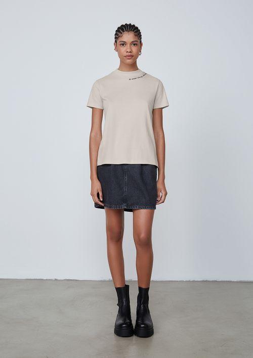 Camiseta Manga Curta Com Gola Alta E Bordado - Bege